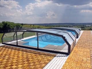 Przesuwane zadaszenie basenowe Oceanic wygląda doskonale z drewnianą podłogą