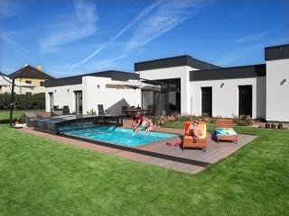 Przesuwane zadaszenie basenowe Viva pasuje doskonale do domu o nowoczesnej architekturze