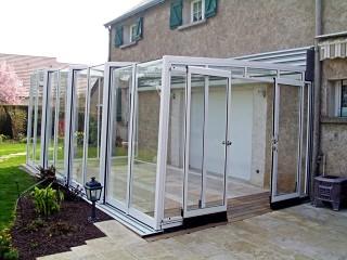 Przesuwna zabudowa tarasu Corso Glass doskonale pasuje do klasycznych domów