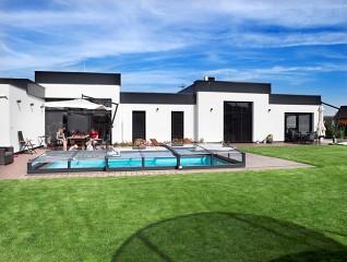 Rodzina korzysta z zadaszenia basenowego Viva w kolorze antracytowym