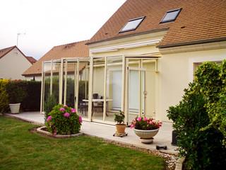 Najbardziej ekskluzywna innowacyjna oranżeria - zasuwane zadaszenie patio CORSO GLASS z białymi ramkami uzupełnia swój dom