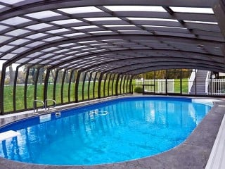 Widok wnętrza przesuwanego zadaszenia basenowego Omega