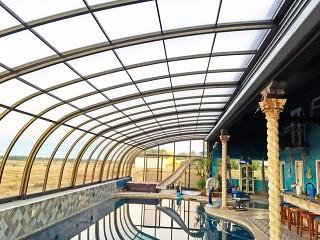 Widok wnętrza przesuwanego zadaszenia basenowego Style