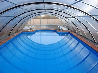 Widok wnętrza zadaszenia basenowego Universe