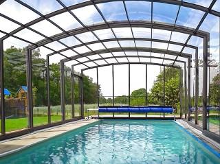 Widok z wnętrza zadaszenia basenowego Vision