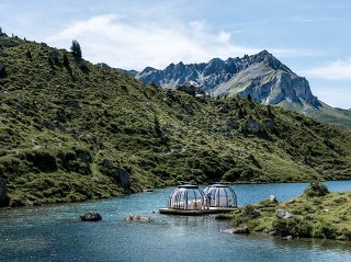 Zabudowa wanny spa SPA Dome Orlando nad jeziorem w Szwajcarii
