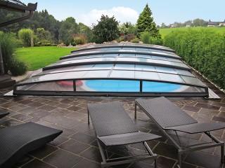 Zadaszenie basenowe Corona chroni basen przed deszczem