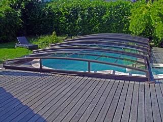 Zadaszenie basenowe Corona o wykończeniu brązowym