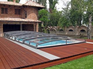 Zadaszenie basenowe Corona wygląda doskonale przy domu o nowoczesnej architekturze