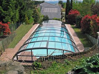 Niskie zadaszenie basenowe ELEGANT NEO wykorzystuje popularny antracytowy kolor