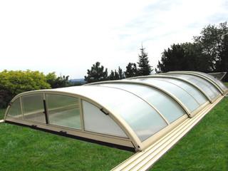 Zasuwane zadaszenie basenowe ELEGANT NEO może zostać otwarte od przedniej strony