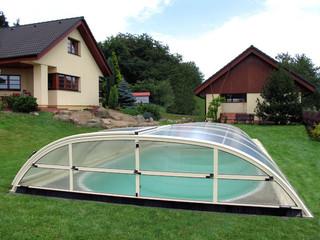 Niskie zadaszenie basenowe ELEGANT nie zepsuje wrażenia, które tworzy ogród