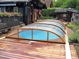 Zadaszenie basenowe ELEGANT założone na drewnianym patio
