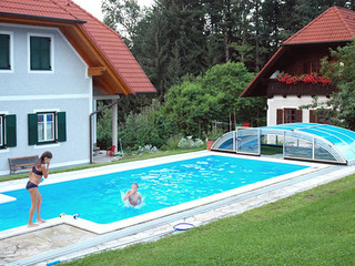 Zadaszenie basenowe ELEGANT NEO całkowicie odsunięte - możesz skakać do basenu z każdej strony