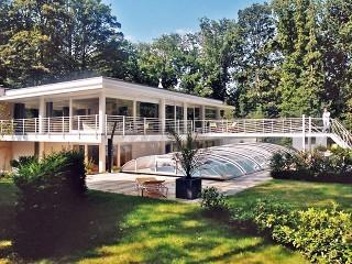 Zadaszenie basenowe ELEGANT o wykończeniu w kolorze białym doskonale pasuje do domów o nowoczesnej architekturze