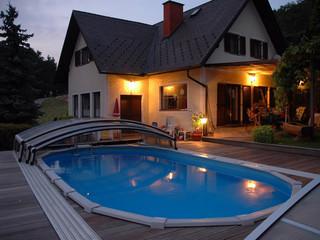 Niskie zadaszenie basenowe IMPERIA NEO light świetnie pasuje do każdego ogrodu