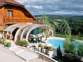 Wysokie zadaszenie basenowe LAGUNA NEO również ochroni Twoje meble ogrodowe