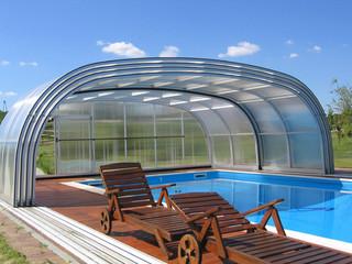 Niskie zadaszenie basenowe LAGUNA NEO jest tak przestronne, że możesz umieścić tam swoje meble