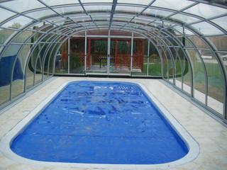 Zasuwane zadaszenie basenowe LAGUNA świetnie pasuje do każdego rodzaju basenu