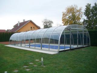 Niskie zadaszenie basenowe LAGUNA pomaga utrzymać wodę cieplejszą