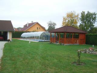 Zadaszenie basenowe LAGUNA w ogrodzie