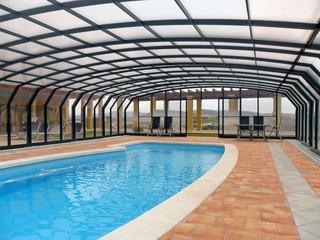 Przestronne zadaszenie basenowe OCEANIC oferuje wystarczająco dużo miejsca wokół basenu