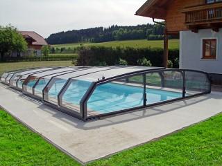 Zadaszenie basenowe Oceanic niski z klasycznym domem w tle