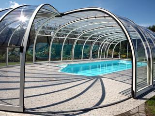 Zasuwane zadaszenie basenowe OLYMPIC o srebrnym profilu