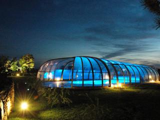 Zadaszenie basenowe OLYMPIC świetnie wygląda, gdy basen jest oświetlony