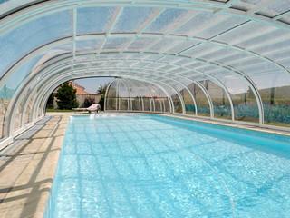 Niskie zadaszenie basenowe OLYMPIC wykonane przez Alukov