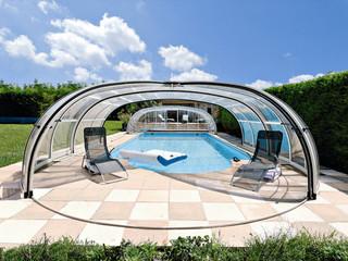 Zadaszenie basenowe Olympic jest bardzo przestronne i pozwala na korzystanie z całej powierzchni basenu nawet, gdy zadaszenie jest całkowicie zamknięte