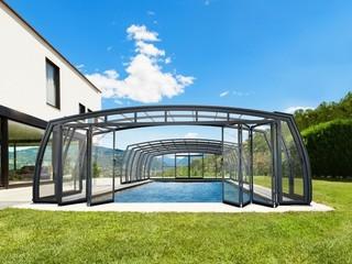 Wysoko jakościowe zadaszenie basenowe OMEGA zwiększa przestrzeń w środku