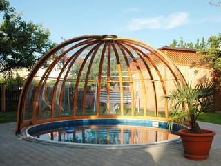 Niskie zadaszenie basenowe ORIENT o imitacji drewna