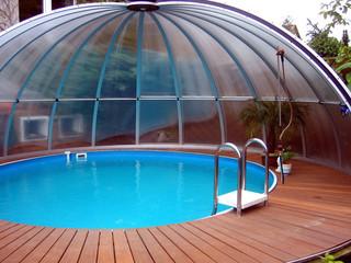 Zadaszenie basenowe ORIENT wykonane przez Alukov - nieregularny kształt basenu