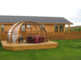 Zadaszenie basenowe ORIENT o imitacji drewna na jego ramach - Islandia