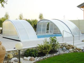 Zadaszenie basenowe RAVENA z przezroczystymi, lecz nie w pełni prześwitującymi oknami