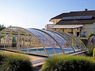 Zasuwane zadaszenie basenowe RAVENA pozwala Ci na korzystanie z basenu przez cały rok