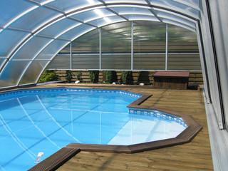 Zadaszenie basenowe RAVENA - przestrzeń w środku pozwala na chodzenie po jednej stronie basenu