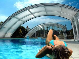 Zasuwane zadaszenie basenowe RAVENA pozwala Ci na korzystanie z jednej strony basenu