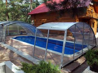 Zasuwane zadaszenie basenowe RAVENA nad powierzchnią basenu