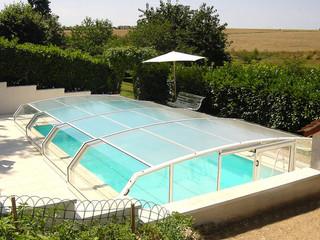 Zadaszenie basenowe RIVIERA w białym kolorze - świetnie pasuje do jasnego otoczenia