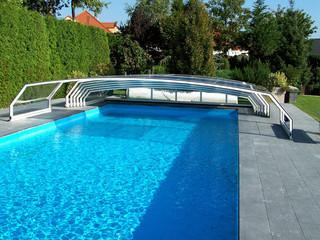 Niskie zadaszenie basenowe RIVIERA - segmententy są przesuwane na koniec basenu