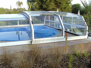 Niskie zadaszenie basenowe RIVIERA w kolorze białym - pewna opcja dla Twojego basenu