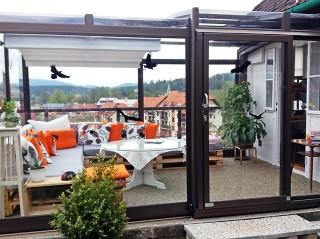 Zadaszenie basenowe Vision wykorzystywane jako zabudowa tarasowa na balkonie