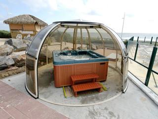Zadaszenie dla jacuzzi SPA DOME ORLANDO przy plaży