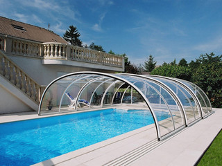 Wysokie zadaszenie basenowe TROPEA NEO wykonane przez Alukov