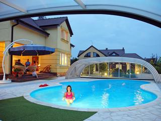 Wysokie zadaszenie basenowe TROPEA NEO wykonane przez Alukov Sp. z o.o.