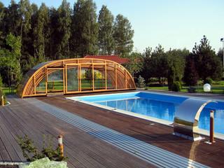 Zasuwane zadaszenie basenowe TROPEA NEO w popularnym kolorze imitacji drewna
