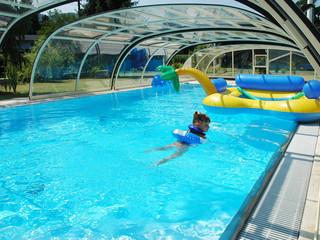 Zadaszenie basenowe TROPEA NEO jest całkowicie zmienne i pozwala na swobodne poruszanie się pod nim