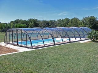 Duże zadaszenie basenowe TROPEA świetnie pasuje do każdego rodzaju basenu